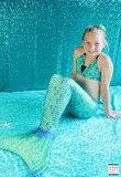Meisje in zwembad met staart