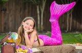 Meisje paarse zeemeermin staart